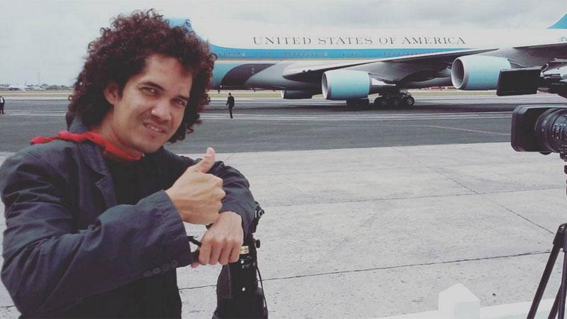 Yander ao lado do avião presidencial norte-americano